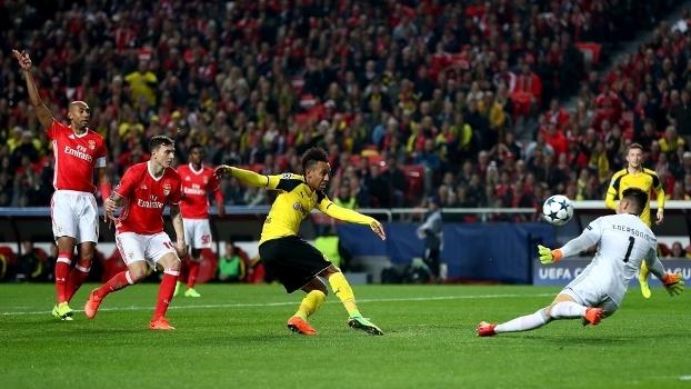Aubameyang, do Dortmund, em duelo com o goleiro Ederson, do Benfica