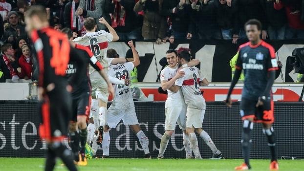 Jogadores do Stuttgart comemoram gol na vitória sobre o Hamburgo