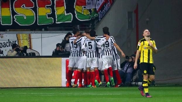 Jogadores do Eintracht comemoram gol contra o Dortmund