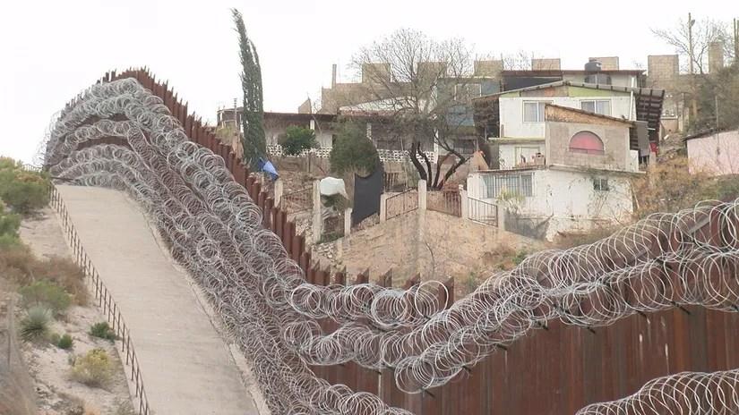 ABD ve Meksikayı dikenli tellerle ayıran Meksika duvarı. Nogales şehrini de ikiye ayırmaktadır.