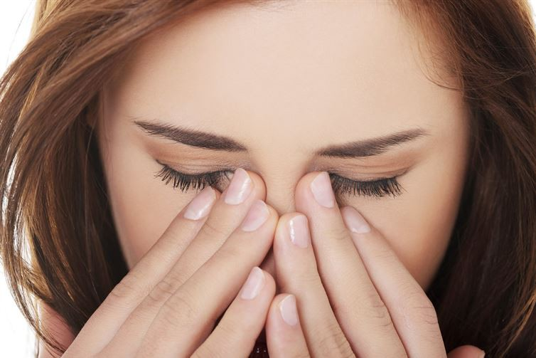 16. Во время насморка или аллергии намажьте область вокруг носа вазелином. Так вам удастся избежать натертости и боли вазелин, применение, способ