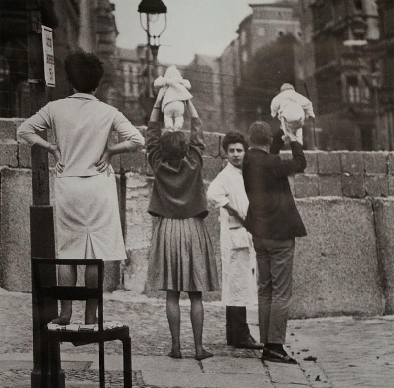 Жители Восточного Берлина показывают своих детей своим родителям в Западном Берлине, 1961 год история, факты, фото