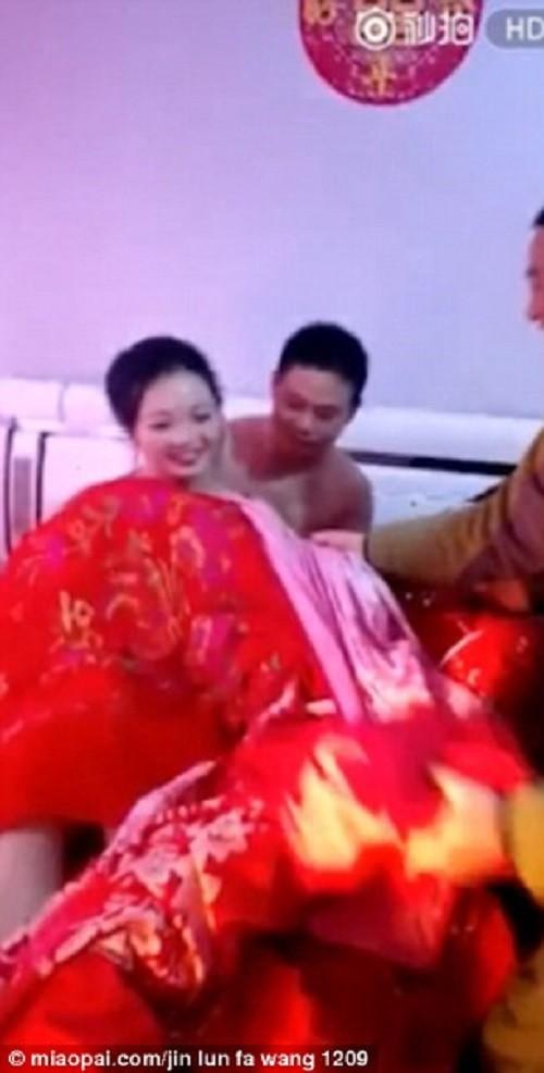 Шок на китайской свадьбе: гости раздевают невесту при женихе! видео, китай, свадьба, шок