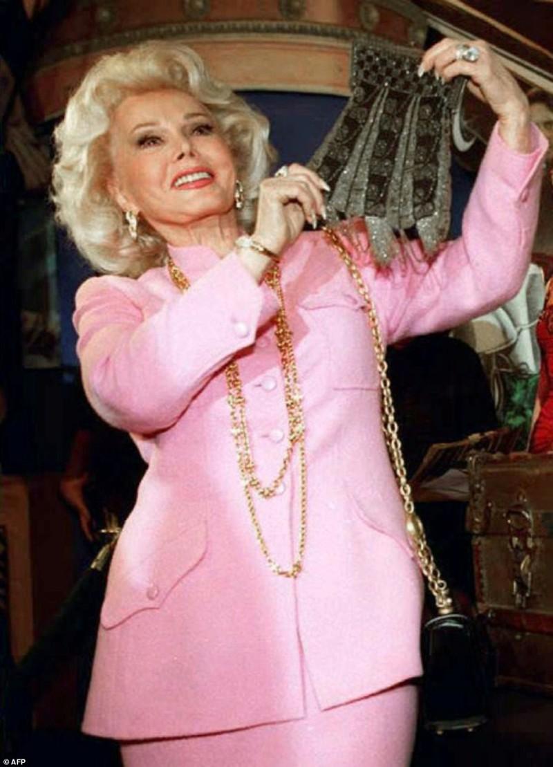 Актриса держит расшитый кошелек Мэрилин Монро на аукционе в Беверли-Хиллз, Калифорния  Жа Жа Габор, актриса, жизнь, смерть