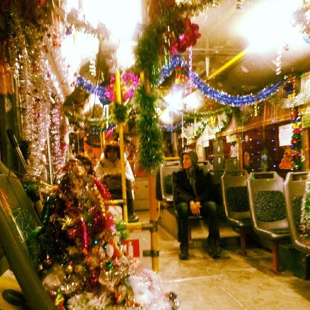 """На """"месте кондуктора"""", как мы видим, тоже выросла своеобразная ёлка, хотя, может, это замаскировавшийся кондуктор новогоднее настроение, новый год, транспорт, украшения"""