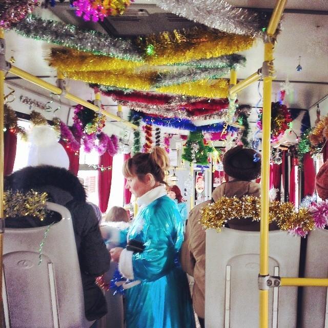 Миловидная снегурочка собирает плату за проезд новогоднее настроение, новый год, транспорт, украшения