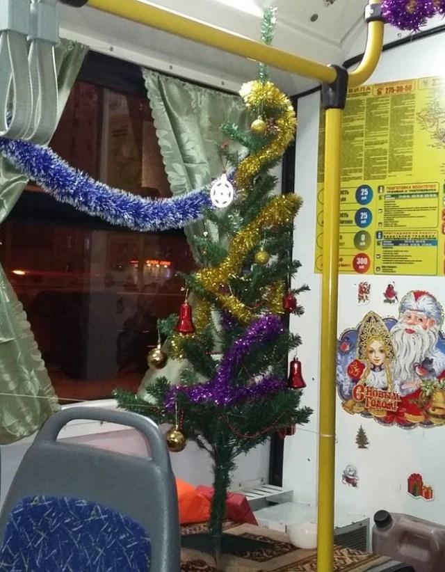 Итак, перед наступлением Нового года проводится демонтаж переднего сидения с целью установления ёлки новогоднее настроение, новый год, транспорт, украшения