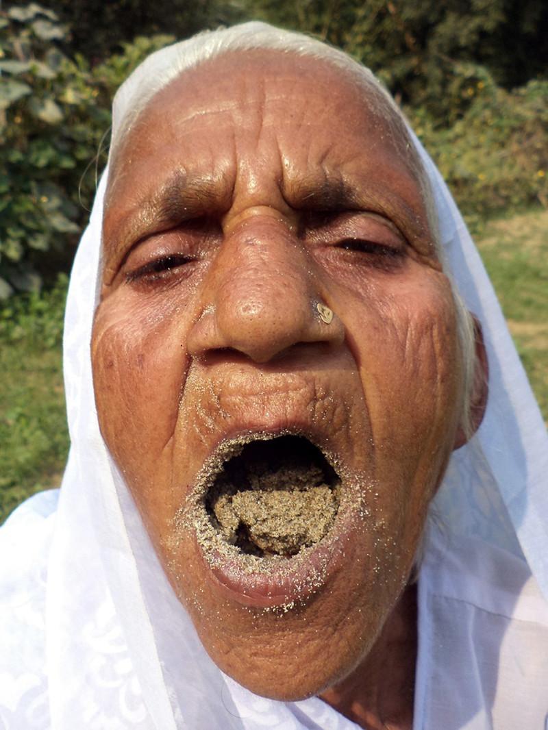 Ей скоро исполнится 80 лет, но она и не думает оставлять работу на ферме  индия, песок, питание