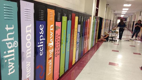 Шкафчики оформлены в виде книжных переплетов гениально, изобретения, подборка, студенты, школа