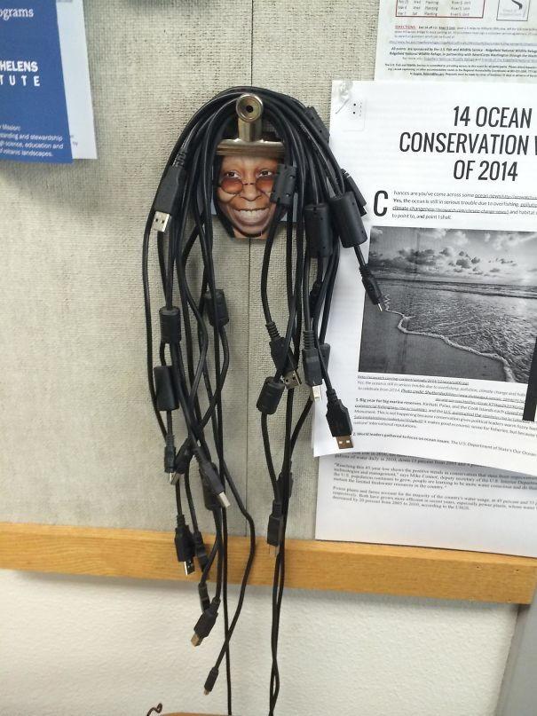 Креативная идея для хранения кабелей - кабинет информатики гениально, изобретения, подборка, студенты, школа