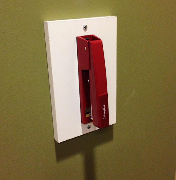 Большой степлер в школьном коридоре гениально, изобретения, подборка, студенты, школа