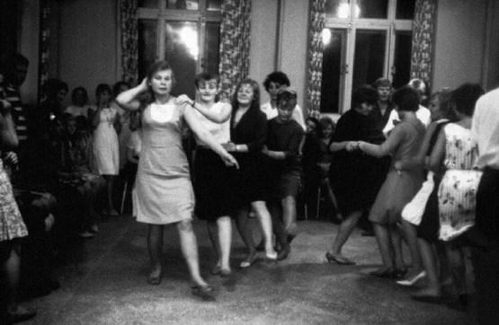 Ева Арнольд, легенда британской фотографии, в 1966 году сделала ряд снимков быта СССР, засняла веселые танцы СССР, Советские люди, дискотека, история, танцы, фото