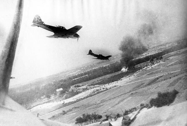 Пара Ил-10 атакует немецкую колонну.  история, события, фото