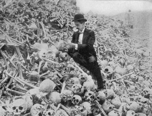 Мужчина на куче скелетов, Куба, 1896 год.  история, события, фото