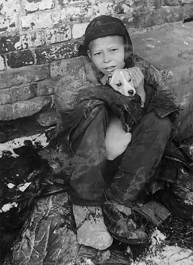 Бездомный мальчик с собакой. Самара, 1930 год беспризорники, гражданская война, дети, история, редкие снимки, россия, сироты, фото