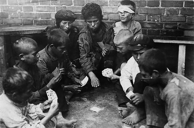 Беспризорники за игрой в карты. Москва, 1925 год беспризорники, гражданская война, дети, история, редкие снимки, россия, сироты, фото