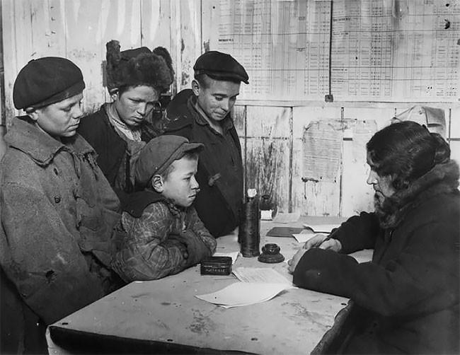 Регистрация беспризорников сотрудницей Департамента образования в школе для бездомных детей. Москва, 1928 год беспризорники, гражданская война, дети, история, редкие снимки, россия, сироты, фото