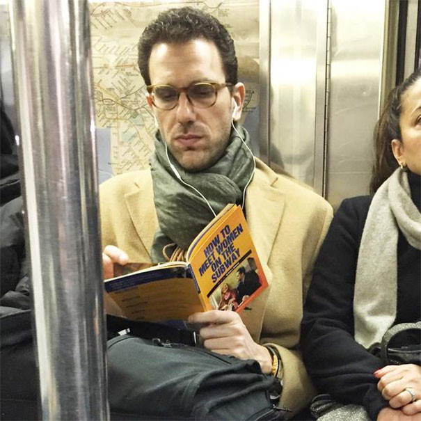 """Книга с названием """"Как знакомиться с женщинами в метро"""" люди, метро, мир, подземка, прикол, фото, фрик, юмор"""