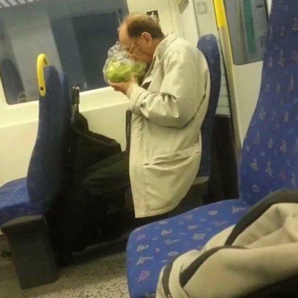 Какой же вкусный салат! люди, метро, мир, подземка, прикол, фото, фрик, юмор