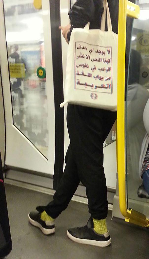 """На сумке написано: """"Этот текст не имеет никакого другого смысла, кроме как напугать людей, которые не знают арабский язык"""" люди, метро, мир, подземка, прикол, фото, фрик, юмор"""
