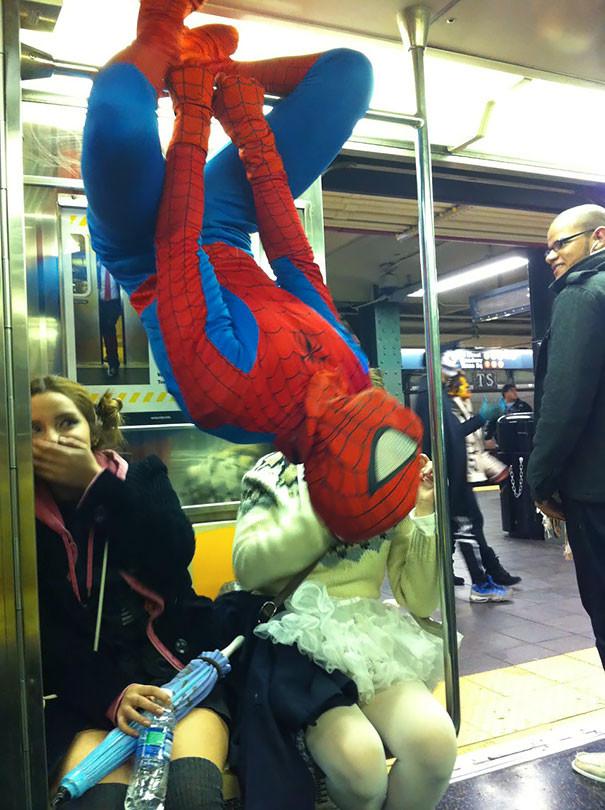 Просто Человек-паук  люди, метро, мир, подземка, прикол, фото, фрик, юмор
