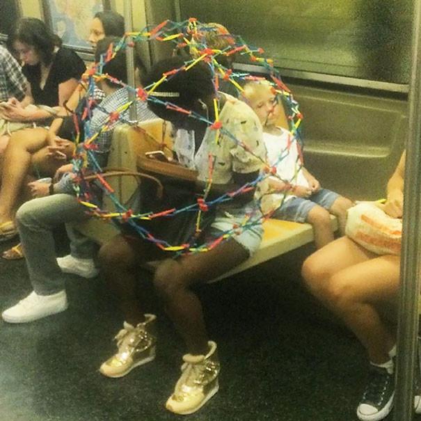Защита личного пространства  люди, метро, мир, подземка, прикол, фото, фрик, юмор