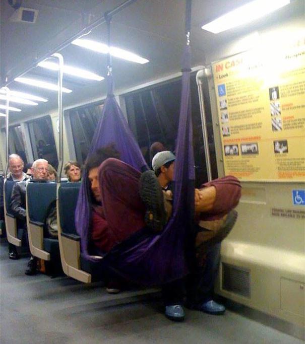 В собственном гамаке  люди, метро, мир, подземка, прикол, фото, фрик, юмор