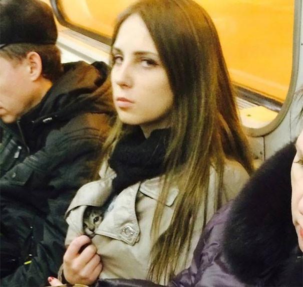 Показала свою киску  люди, метро, мир, подземка, прикол, фото, фрик, юмор