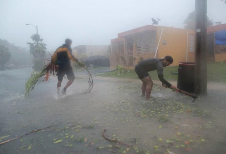 Уборка мусора после урагана Ирма в Фахардо, Пуэрто-Рико Центральная Америка, ирма, катастрофа, разрушения, стихийное бедствие, стихия, ураган, флорида