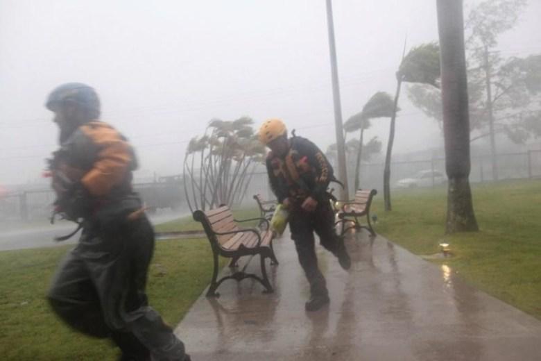 Бойцы гражданской обороны Пуэрто-Рико прячутся от стихии Центральная Америка, ирма, катастрофа, разрушения, стихийное бедствие, стихия, ураган, флорида