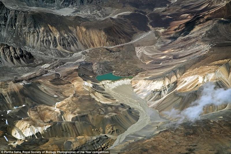 """Изумрудно-зеленое ледниковое озеро с высоты 9 000 метров. Это место - тоже по-своему """"скрытый мир"""". Кашмир, Индия. Фотограф Парта Саха биология, макроснимки, макросъёмка, микрофотографии, микрофотография, претендент, фотоконкурс, фотоконкурсы. природа"""