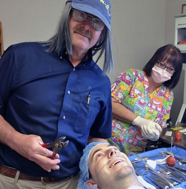 """Пациент попросил """"забавное фото"""" перед операцией врачи, дантисты, забавно, зубной врач, приколы, стоматологи, фото, юмор"""