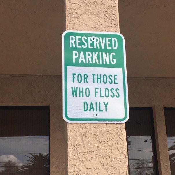 Парковка для тех, кто пользуется зубной нитью каждый день врачи, дантисты, забавно, зубной врач, приколы, стоматологи, фото, юмор
