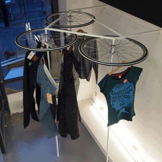13. Магазины в стиле лофт всегда стремятся сделать что-то интересное. Например, вот такие стенды велосипед, интересно, колесо, очумелые ручки, своими руками, фото