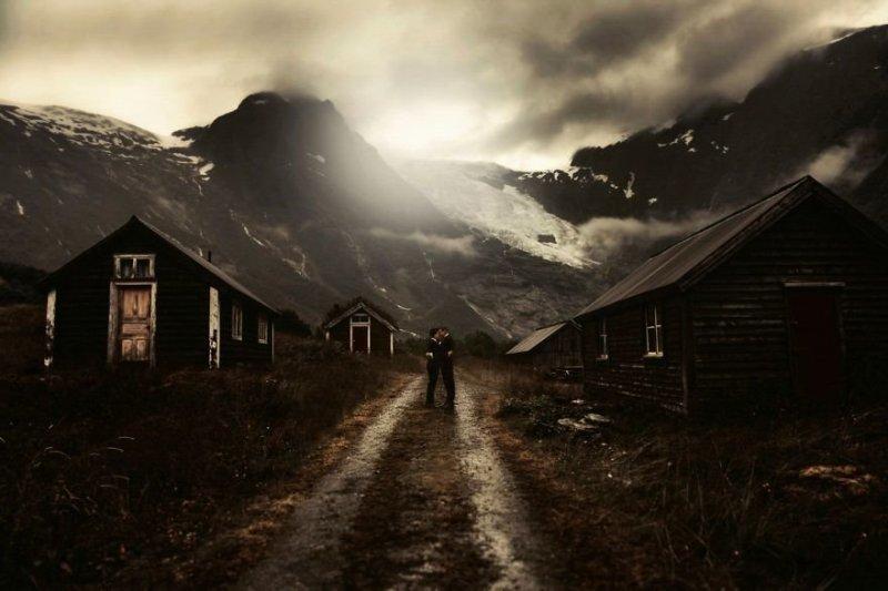 Небольшая деревня Фьерленд, Норвегия, расположена там, где встречается фьорд и ледник. Любовь, отношения, свадебное фото, свадьба, фото, фотограф, фотография
