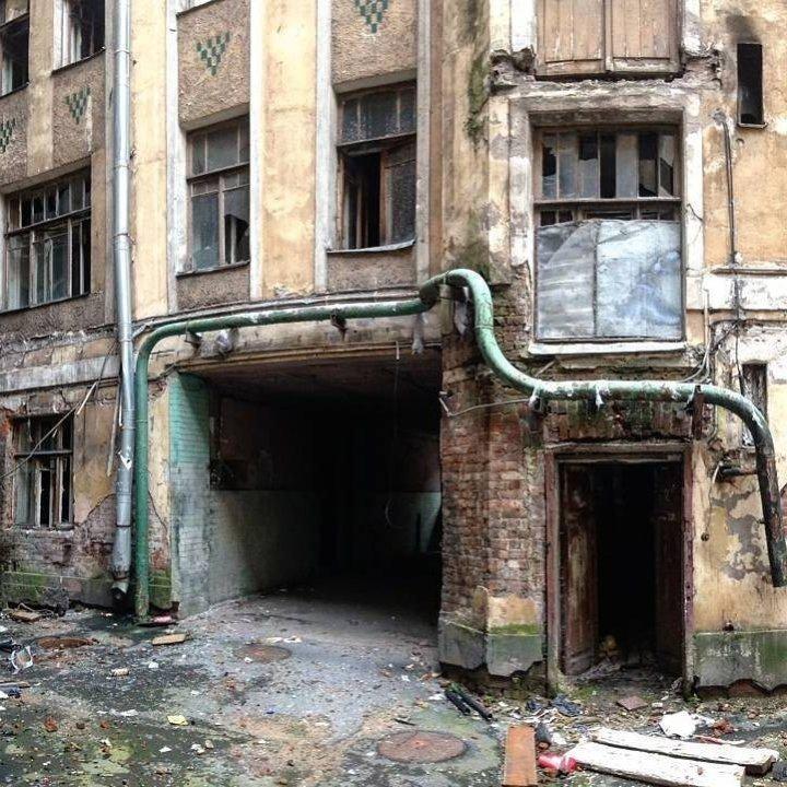 Такие подворотни отлично бы подошли для съёмок хоррора Города России, всё тлен, города, депрессняк, жильё, развалины, трущобы
