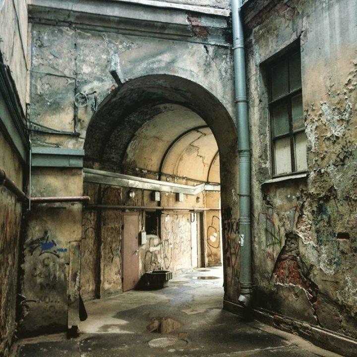 Ну зато асфальт относительно нормальный и дверь хорошая Города России, всё тлен, города, депрессняк, жильё, развалины, трущобы