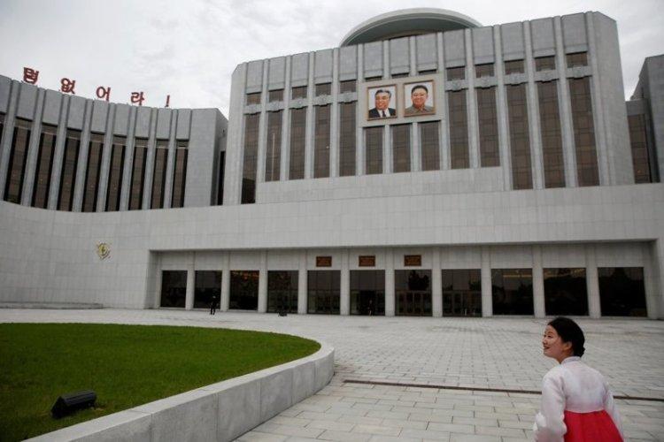 Снаружи здание производит удруч… простите, монументальное впечатление, но оно и понятно — его возвели еще в 1989 году архитектура, здание, красота, мире, северная корея