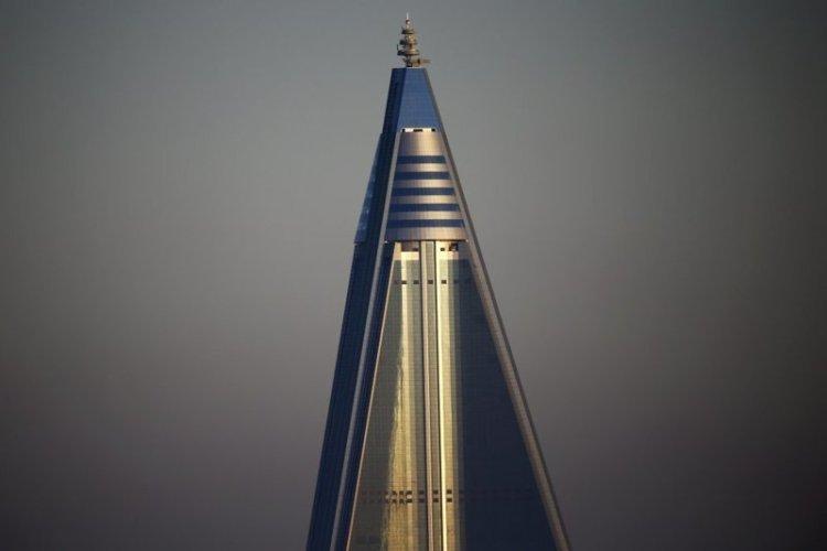 """Верхушка 105-этажной гостиницы """"Рюгён"""" (так когда-то назывался Пхеньян). 330 метров — это тебе не жук чихнул! архитектура, здание, красота, мире, северная корея"""
