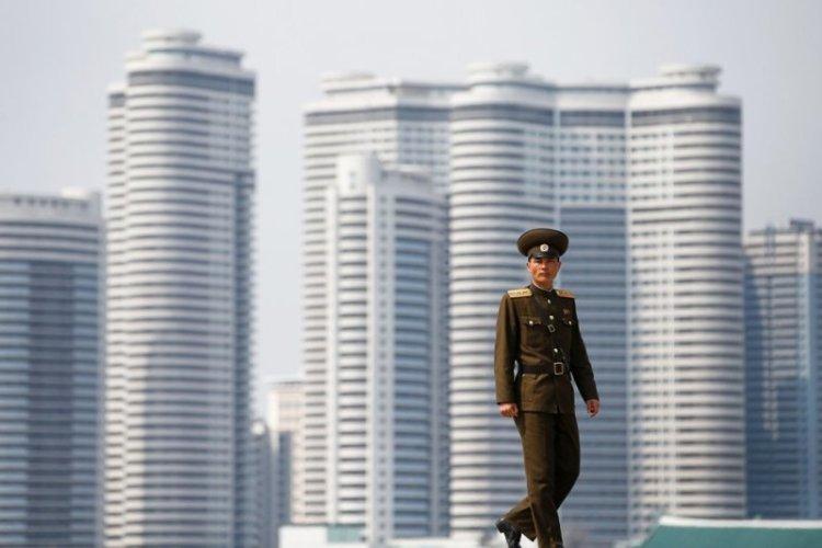 Солдат на фоне новой архитектуры Пхеньяна архитектура, здание, красота, мире, северная корея