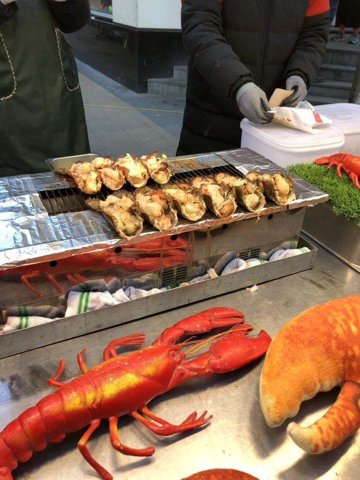 26. Запеченный с сыром хвост лобстера (омара): $15 еда, еда быстро, сеул, уличная Еда, уличная еда, фастфуд, южная корея