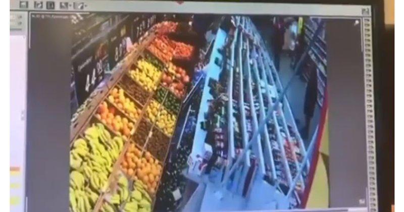 Эффектно посыпались: обрушение стеллажей в супермаркете попало на видео ynews, диверсия, новости, обрушение, происшествие, спор