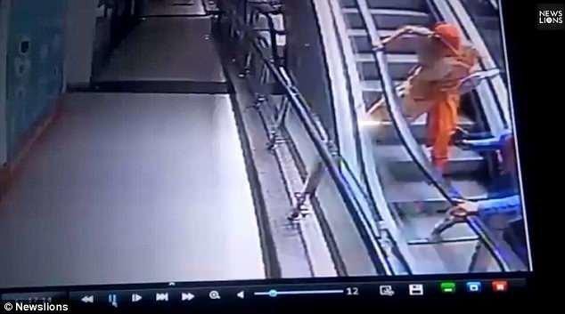 От полученных травм ребенок скончался. Инцидент произошел в одном из торговых центров штата Раджастхан, Индия.  видео, несчастный случай, происшествия, ребенок, селфи, смерть, страшно