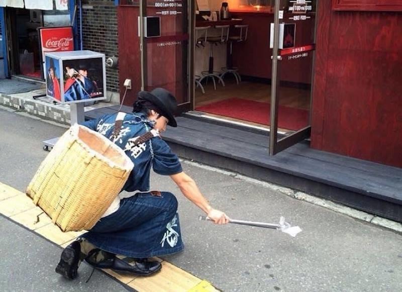 Современные японские самураи собирают мусор, используя навыки обращения с мечом в мире, люди, меч, мусор, самураи, япония