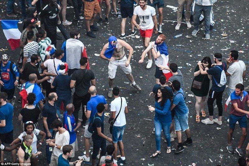 Празднование победы постепенно вышло из-под контроля и стало перерастать в битье витрин дорогих магазинов на Елисейских полях ynews, ЧМ 2018 по футболу, болельщики, париж, победа, празднование, франция, футбол 2018