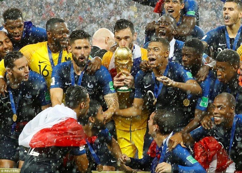 Французский голкипер Хьюго Льорис целует кубок Чемпионата ynews, ЧМ 2018 по футболу, болельщики, париж, победа, празднование, франция, футбол 2018