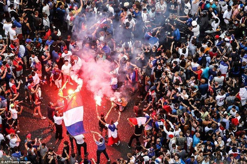 Франция победила Хорватию со счетом 4:2, и это вторая победа Франции на чемпионате мира по футболу за последние 20 лет ynews, ЧМ 2018 по футболу, болельщики, париж, победа, празднование, франция, футбол 2018