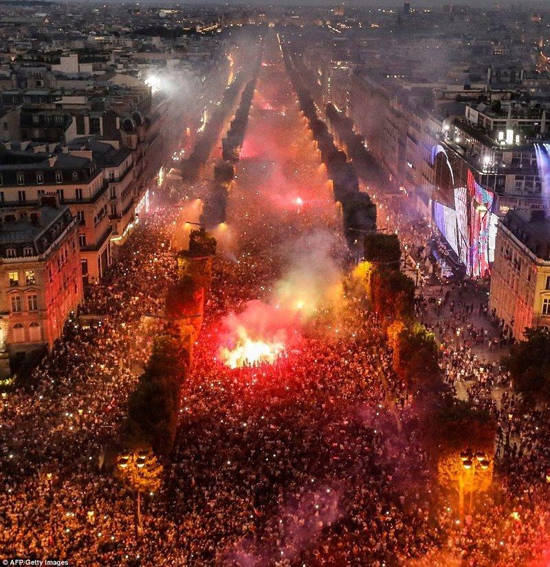 Это была победа для всей Франции, и десятки тысяч людей вышли на центральную улицу Парижа - Елисейские поля ynews, ЧМ 2018 по футболу, болельщики, париж, победа, празднование, франция, футбол 2018