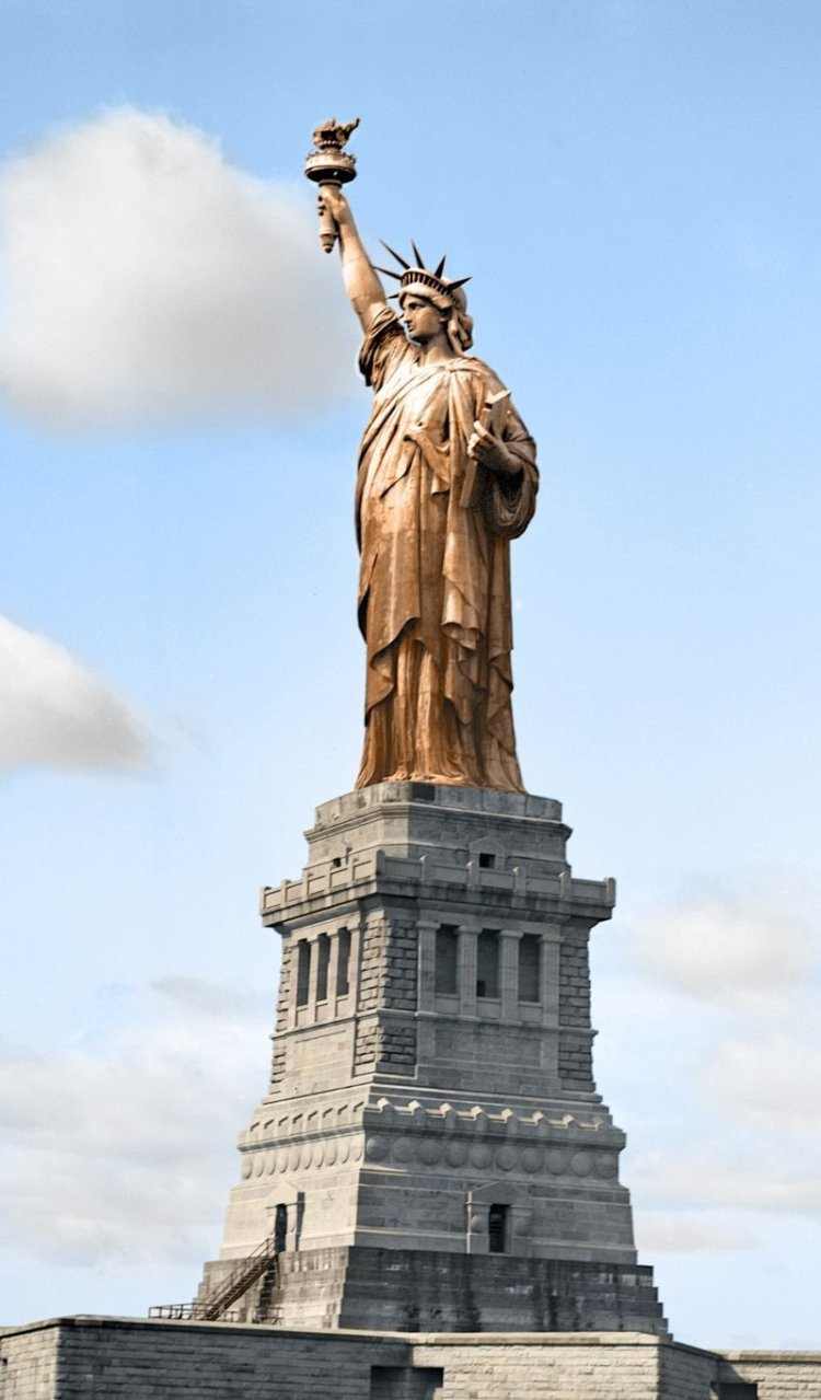 3. Это не какая-то там подделка, а та самая Статуя Свободы в Нью-Йорке до того, как медь, из которой она сделана, не позеленела в мире, познавательно, удивительно, фото, фотомир