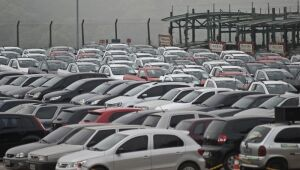 Quase 85% dos brasileiros descartam se endividar para comprar veículos ou imóvel, diz Febraban